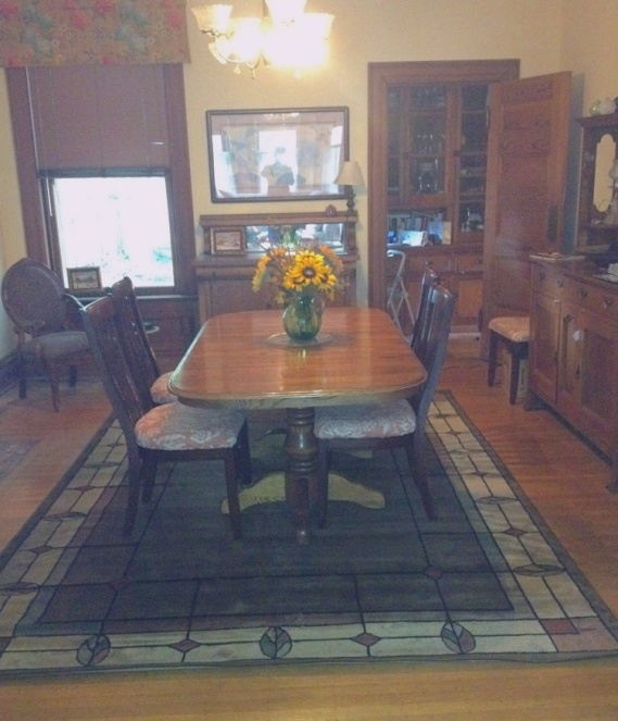 susan's dining room, with rug and valences